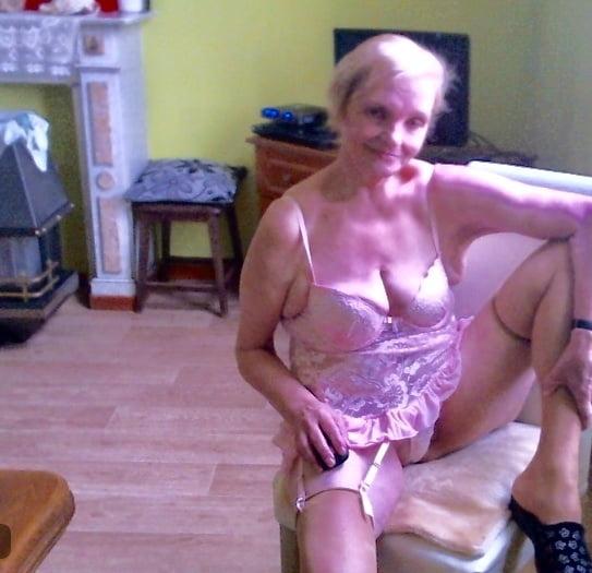 Sexuell sehr aufgeschlossene ältere Dame, 65, sucht einen ebenso denkenden Lustpartner zum Austausch erotischer Gedanken und Phantasien. Was sich dann ergibt, sieht man dann ja. Bin auch für Weiteres offen. Gemäß meinem Alter, habe ich keinen Traumkörper mehr aber ich mache das anderweitig schon wieder wett, lass dich überraschen. Ich freue mich auf niveauvolle, prickelnde, aufregende Zuschriften von netten Herren deren Alter nicht so wichtig ist. LG